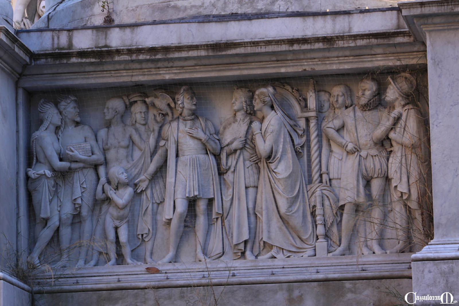 Il bassorilievo a Nord opera di G.B. Cevasco (dopo la morte di Luigi Pampaloni) - Colombo reduce dal primo viaggio che presenta ai Reali alcuni abitanti delle nuove terre