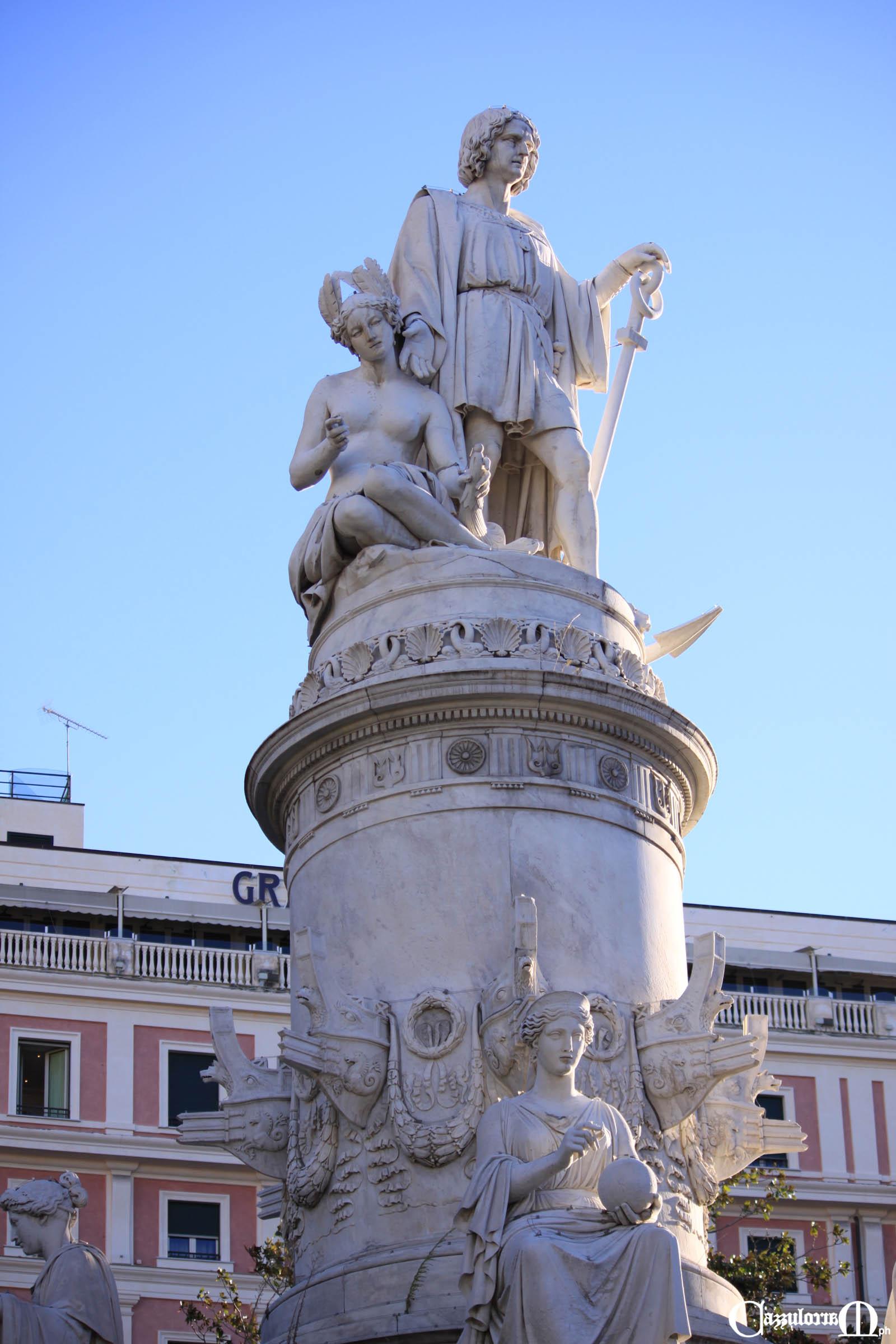 Colombo e l'America poggiano su un piedistallo cilindrico a forma di colonna rostrata opera di Michele Canzio
