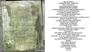 La lapide e l'iscrizione sulla tomba della Duchessa Carlotta