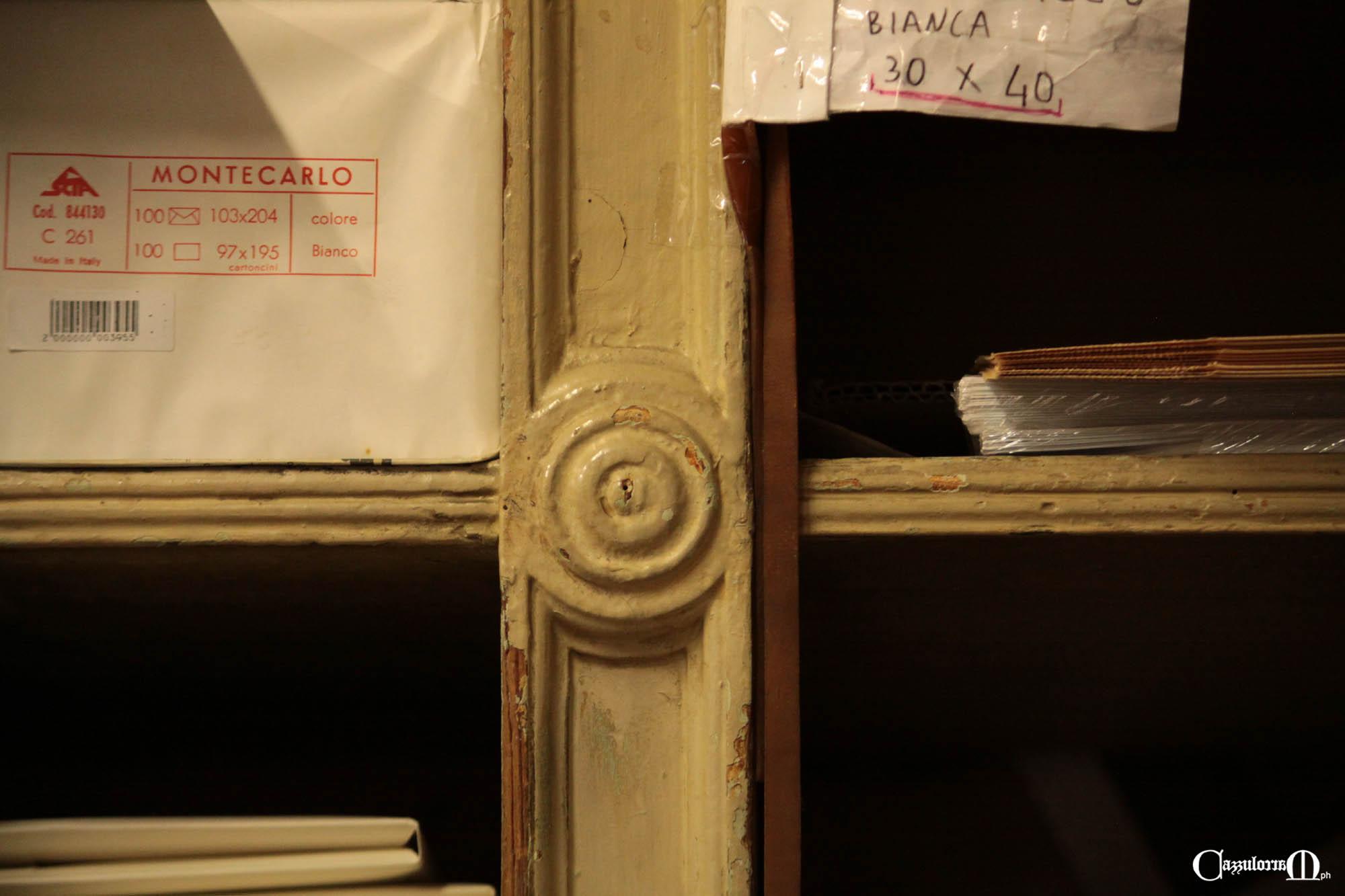 Un dettaglio dello scaffale della Cartoleria Genovese
