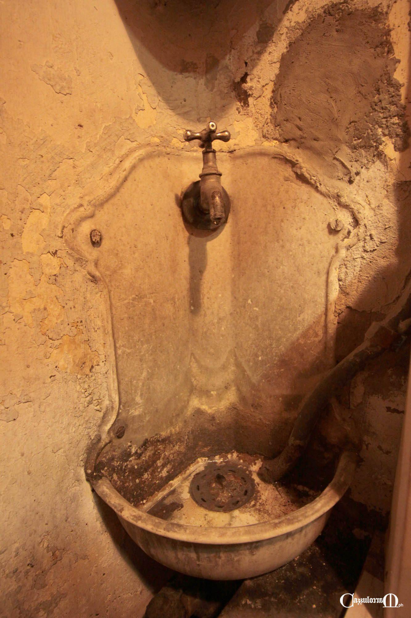 Il lavandino nel piccolo bagno della Cartoleria Genovese